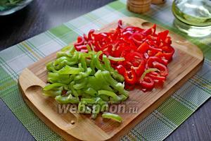 Сладкий перец (красивей получится, если перец у вас будет 2 цветов) нарезать на тонкие брусочки.