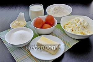 Приготовим все ингредиенты, они должны быть комнатной температуры. Возьмём яйца, масло сливочное, кефир, творог, сахар, сметану.