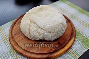 Замесить мягкое эластичное тесто (муки может понадобиться больше или меньше). Оставить тесто немного «отдохнуть», минут на 10, прикрыв полотенцем.