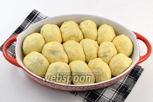Пирожки плотно сложить в смазанную подсолнечным маслом форму и оставить в тёплом месте под полотенцем на 25-30 минут.
