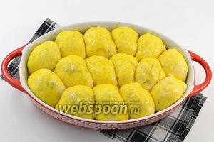Смазать сверху желтком, разболтанным с 1 столовой ложкой воды. Посыпать сахаром.