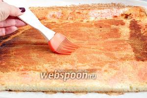 Бисквит пропитать сиропом или оставить без пропитки. Смазать крем-муссом, обрезать края.