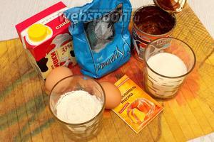 Для приготовления нам понадобятся яйца куриные, сахар, мука пшеничная, крахмал, разрыхлитель, кипяток, сливки, сгущёнка вареная и шоколад тёмный.