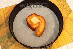 1 полоску намазываем кремом, сворачиваем в рулет и ставим в центр формы или тарелки.