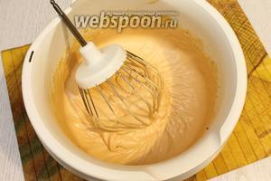 Для крема взбиваем сливки со сгущёнкой.