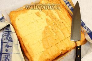 Бисквит разворачиваем, разрезаем на 6 полосок, одинаковых по ширине.