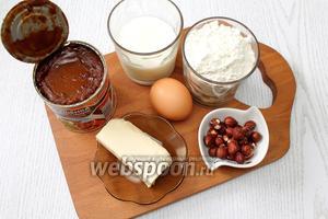 Для приготовления нам понадобятся молоко, яйцо куриное, сахар, сухие дрожжи, мука пшеничная, масло сливочное, орехи и сгущёнка варёная.