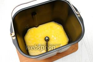 В тёплое молоко добавляем 1/2 яйца, сахар, растопленное и охлаждённое масло.