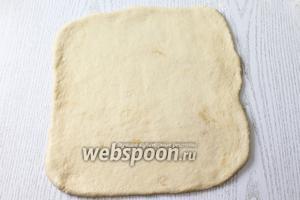 Подпылив столешницу мукой, раскатываем тесто в прямоугольник размером 25х20 см, толщиной 0,5 см.