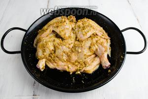 Тушку цыплёнка смазать маринадом с 2 сторон. Выложить в форму. Накрыть плёнкой и поставить в холодильник на 2 часа.