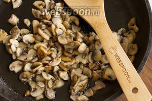 Обжарьте грибы до румяных бочков на растительном масле. Не забудьте посолить, грибы не должны быть пресными.