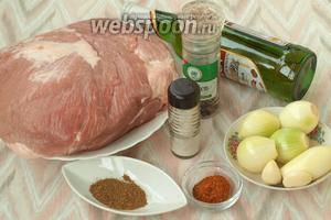 Для приготовления шашлыка важно купить правильное мясо. Отлично подойдёт свиной ошеек, но у меня мякоть. Также нам понадобится светлое пиво, лук, чеснок, приправа для шашлыка, молотый кориандр, соль и перец.