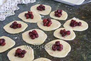 По центру каждого вареничного сочня выкладываем ягоды вишен (примерно по 4-5 штук, рассчитывая, чтобы тесто не слишком растягивалось).