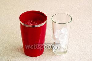 Шейкер предварительно наполнить льдом на 2/3 объёма, чтобы ёмкость хорошо охладилась, а затем убрать его и слить образовавшуюся воду. Стаканы коллинз, в которые  будет разлит напиток, также для охлаждения наполнить льдом на 2/3 объёма.