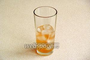 Из бокалов удалить подтаявший лёд, заполнить их новой порцией льда до половины и разлить смесь по стаканам.