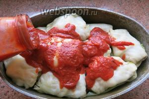 Заливаем соусом, использовала томатный с базиликом.