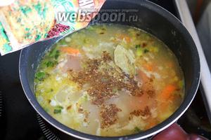 Суп заправить пряностями для мяса и добавить лавровый лист. Довести до кипения и чуть поварить, убрать лавровый лист.