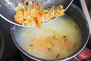 Когда сварится картофель, суп посолить и ввести овощную заправку, немного потомить на медленном огне, пока обжаривается колбаска.