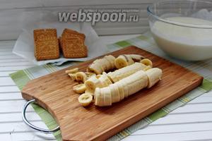 Бананы нарезать на колечки.