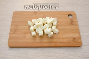 Сыр Сулугуни порезать небольшими кубиками.