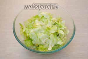 Заправить салатные листья заправкой и хорошенько перемешать, так, чтобы каждый листочек был покрыт соусом.