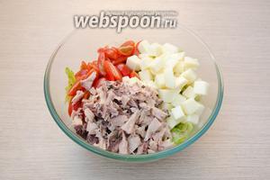 Отправить в салатник помидоры и Сулугуни. С консервированного тунца слить сок. Он нам для салата не понадобится. Покрошить филе тунца на мелкие кусочки и тоже отправить в салатник.