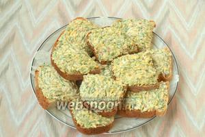 На ломтики хлеба намазать подготовленную массу и выложить на тарелку. Украсить бутерброды редисом и зеленью перед подачей. Приятного аппетита!