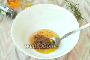 Для маринада соединить мёд и оливковое масло, добавить горчицу и молотый перец.