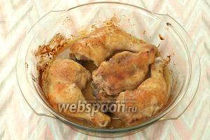 Разогреть духовку до 180°С, поставить в неё курицу и запекать 40-45 минут. В процессе запекания курицу можно переворачивать или просто поливать маринадом. Готовность проверить проколов курицу вилкой, должен вытекать прозрачный сок. Приятного аппетита!