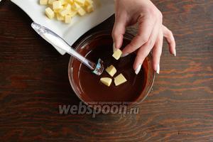 Размешать до гладкости и блеска, ввести масло. Если необходимо, поставить в холодильник, чтоб масса стабилизировалась, а потом взбить.