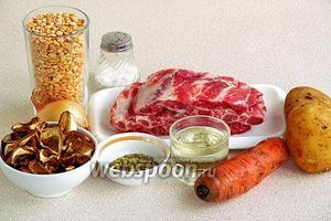 Для приготовления супа нужно взять свиные рёберные пластины, горох сушёный, воду, сухие белые грибы, репчатый лук, морковь, подсолнечное рафинированное масло, сухую овощную приправу с солью и соль.