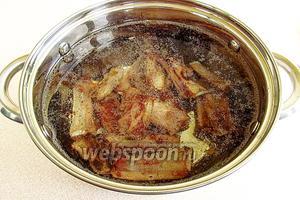 Выложить рёбрышки в кастрюлю с горячей водой и поварить в течение 40 минут.