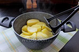 Начнём с приготовления картофельного пюре. Картофель очистить, отварить до готовности.