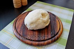 Замесить эластичное мягкое тесто.