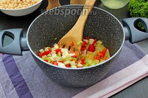 Добавить к овощам и и жарить ещё 1 минуту.