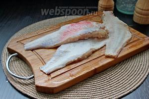 Разделить рыбу на 2 филе. Для этого надо одной рукой придерживать рыбу, а другой, ножом, провести по хребту.