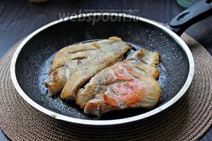 Обжарить филе с 2 сторон на 1 ст. л. оливкового масла, по 2-3 минуты с каждой стороны.