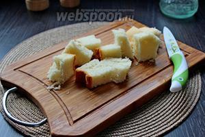 Хлеб нарезать на куски.