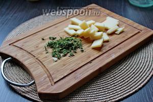 Пармезан нарезать на кусочки, у веточек тимьяна оборвать листики.