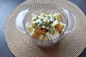 Выложить в измельчитель хлеб, сыр, тимьян и чуть соли (не переборщите, так как Пармезан достаточно солёный).