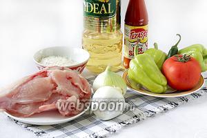 Для приготовления блюда возьмём растительное масло, острый соус, куриное филе, сладкий свежий перец, помидор, репчатый лук, 1 чайную ложку томатной пасты, стручковый перец.