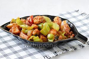 Подавать «куриное филе по-мужски» с отварным рисом. Попробуйте, это вкусно!