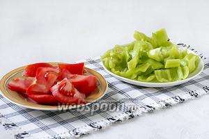 Сладкий перец и помидоры также нарезаются очень крупно.