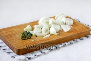 Традиционно нарезается и репчатый лук с острым перцем. Можно добавить чеснок по желанию. Мы о нём забыли почему-то...