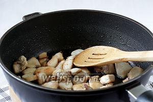 В воке или глубокой сковороде, в разогретом растительном масле, обжарить кусочки курицы до румяного цвета. Кто любит филе помягче, можно сильно не зажаривать. А нам нравится посуше.