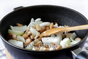 Добавить крупно нарезанный лук, острый перец и обжарить в течение 7 минут. Посолить по вкусу.