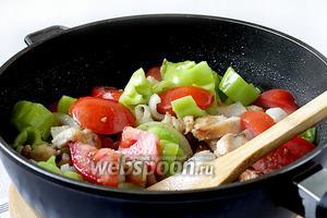 Затем очередь помидор и перца. Жарить ещё 5 минут. Овощи должны оставаться «на зубок».