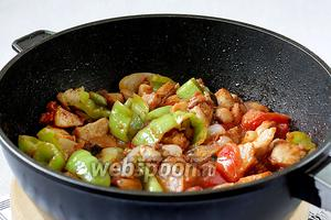 В конце добавить немного томатной пасты и острый соус. Проверить на соль и если нужно, то подсолить.