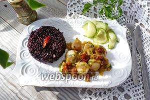 Морские гребешки с вялеными помидорами, пореем и чёрным рисом