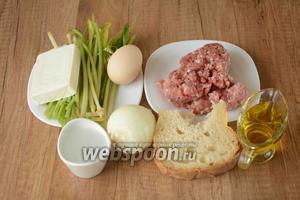 Для приготовления нам понадобится черемша, говяжий фарш, лук репчатый, белый хлеб, вода, яйцо куриное, сыр плавленый, масло подсолнечное, соль, перец чёрный молотый.